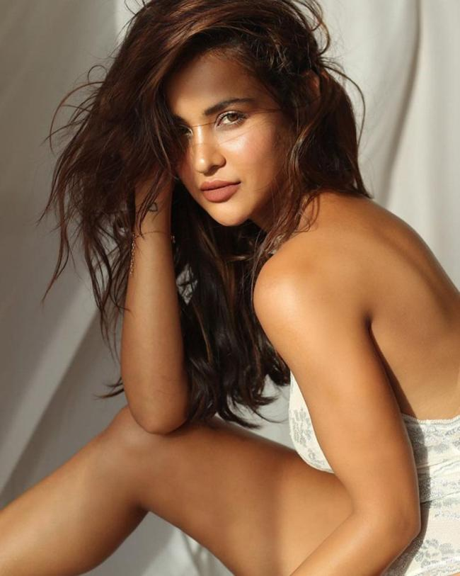 Aisha Sharma Latest Insta Pictures