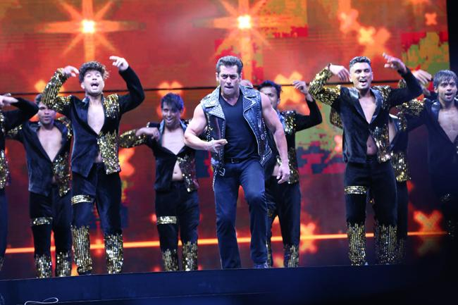 Power Packed Performance By Salman Khan At Dabangg Tour Hyderabad