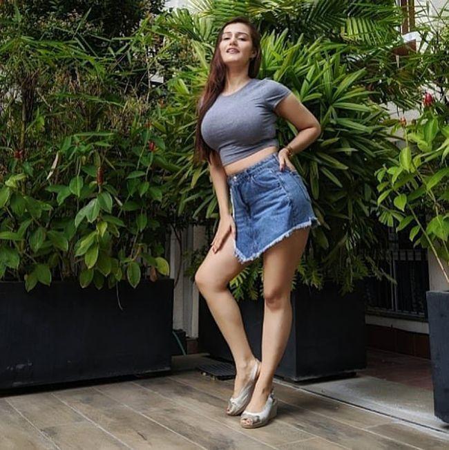 Captivating Priyanka Arora Pics