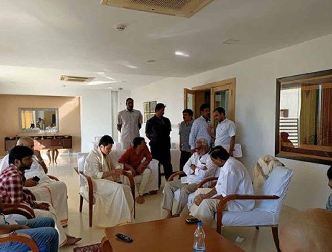 Mahesh And Sarileru Neekevvaru Team Visits Tirumala