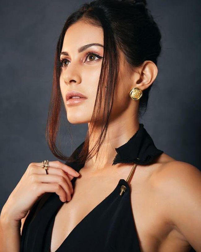 Amyra Dastur Sizzling Looks