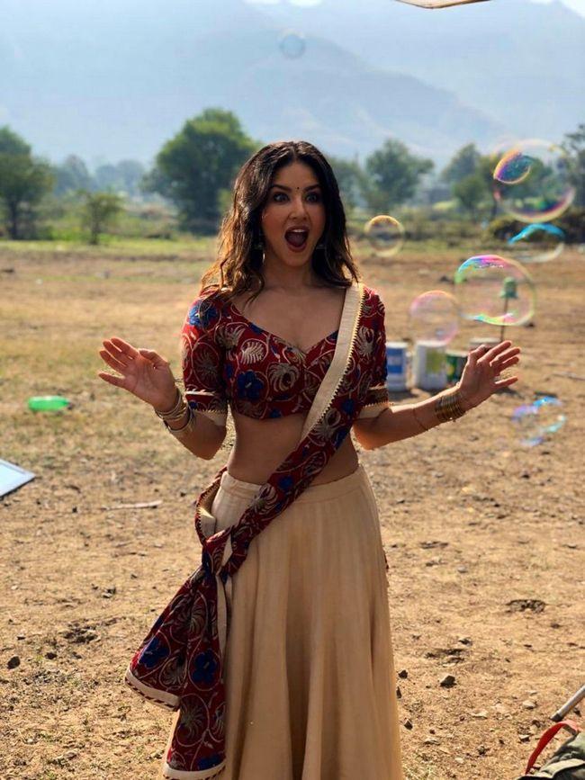 Sunny Leone Joyful Clicks