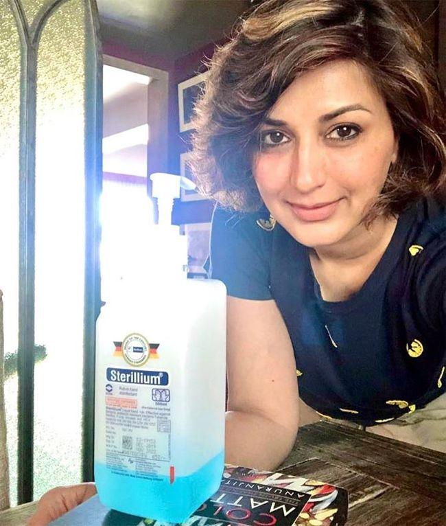 Sonali Bendre Home Quarantine Poses