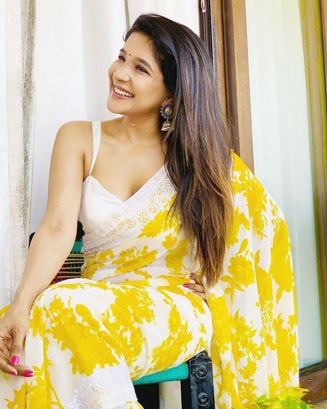 Sakshi Agarwal Stunning Poses