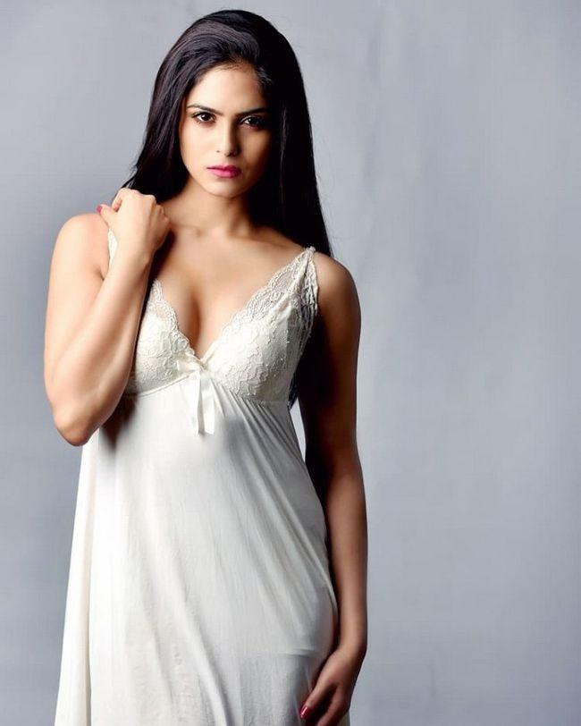 Naina Ganguly Glamorous Pics