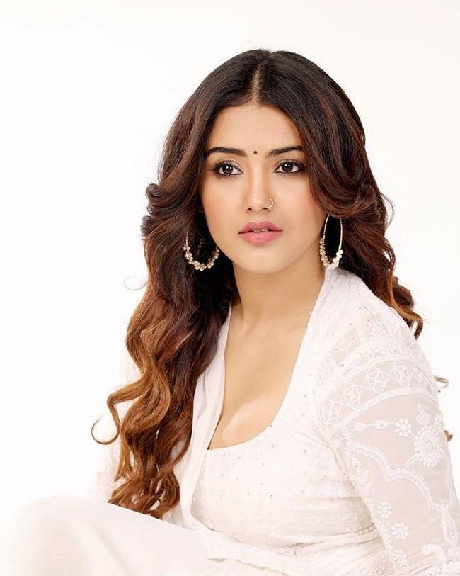 Malvika Sharma Trendy Clicks