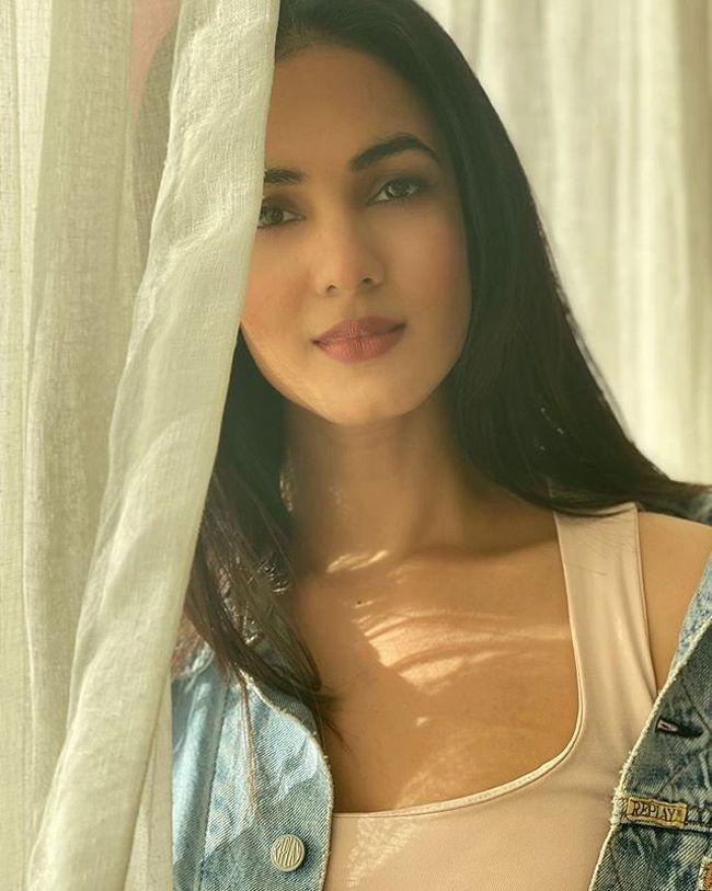 Sonal Chauhan Charming Stills