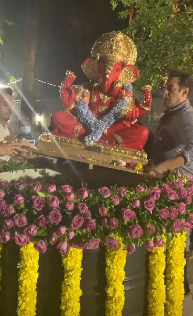 salman khan and Hrithik roshan Ganesh Visarjan In Pictures