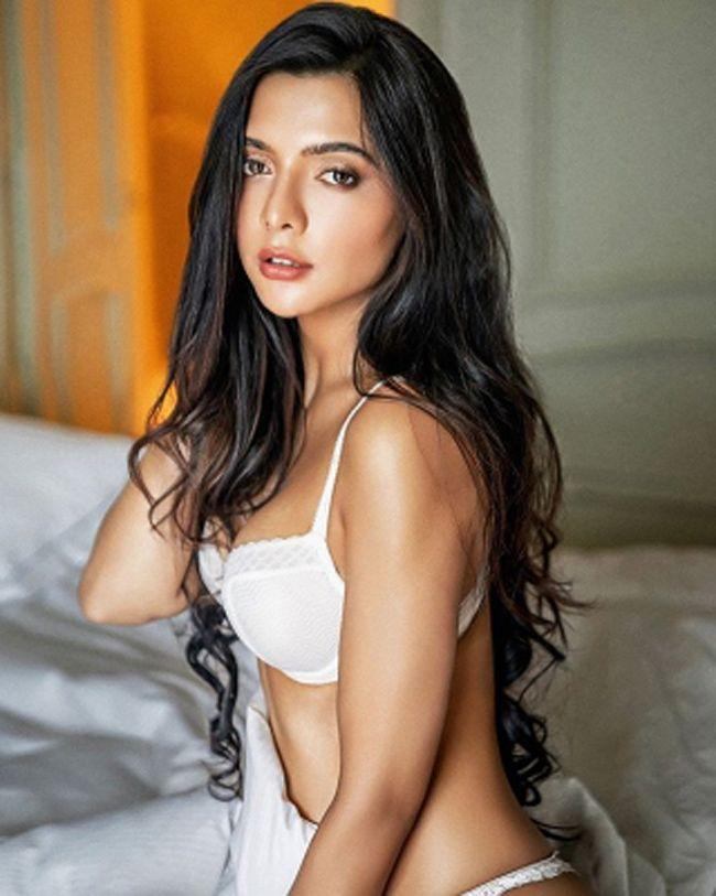 Ruhii Dilip Singh Glamorous Looks