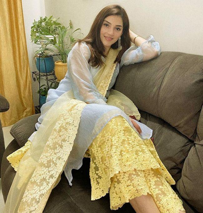 Mehreen Pirzada Mesmerzing Looks