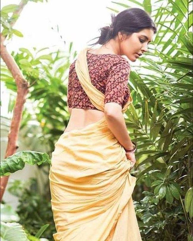 Raashi Khanna Trendy Poses