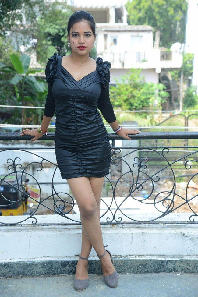 Jyothi Singh posed for photos at the opening of the Aathadevvadu movie