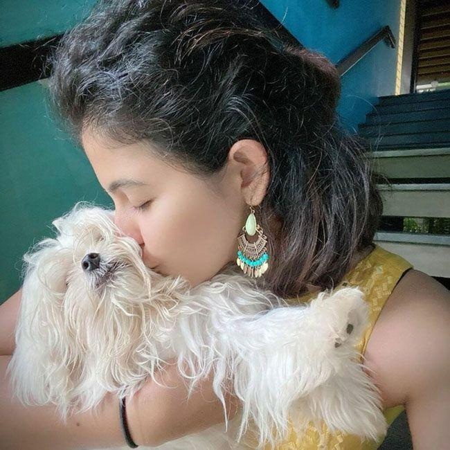 Anjali posed for photos With Her Pets