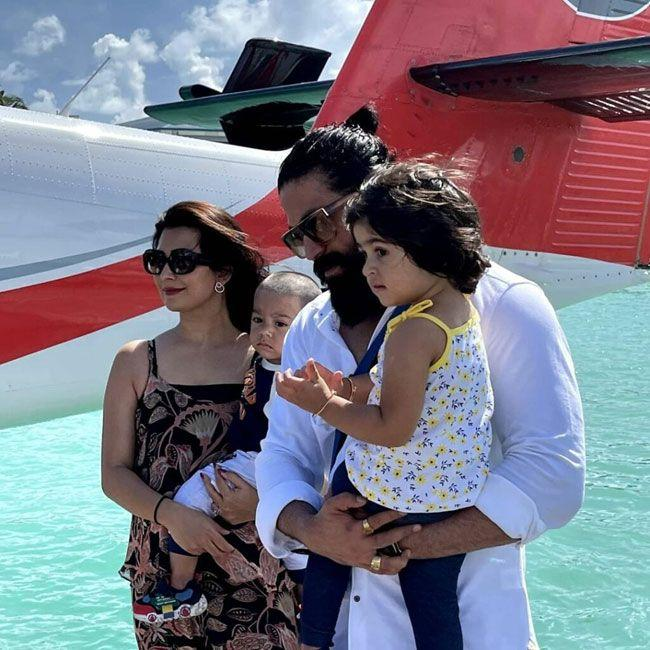 yash chill out with his Family