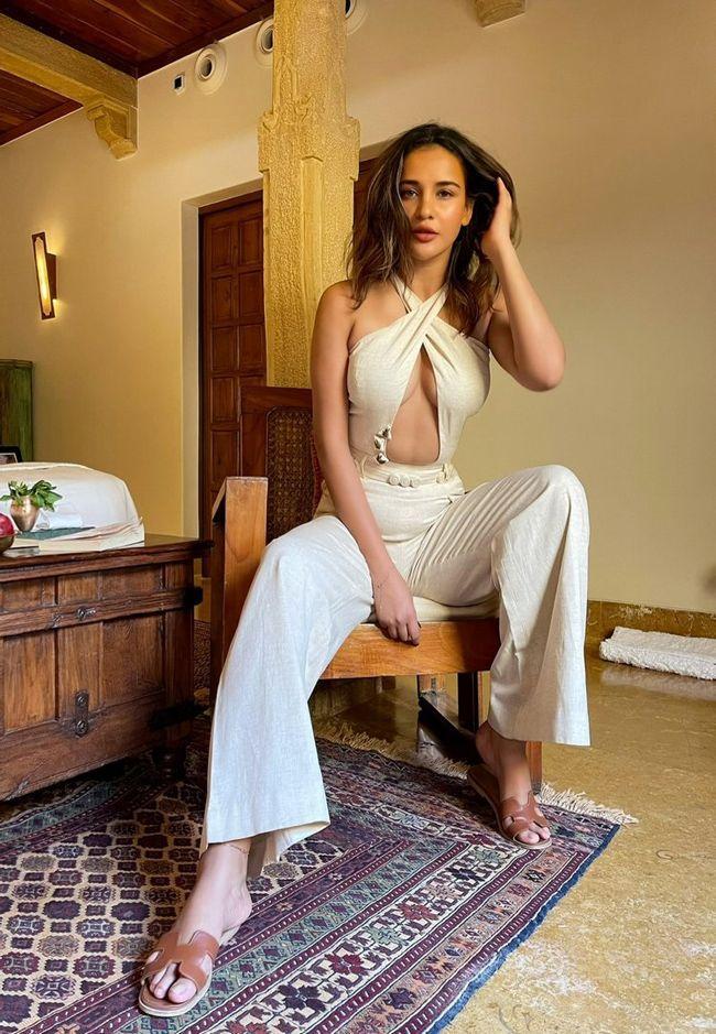 Aisha Sharma Pictures