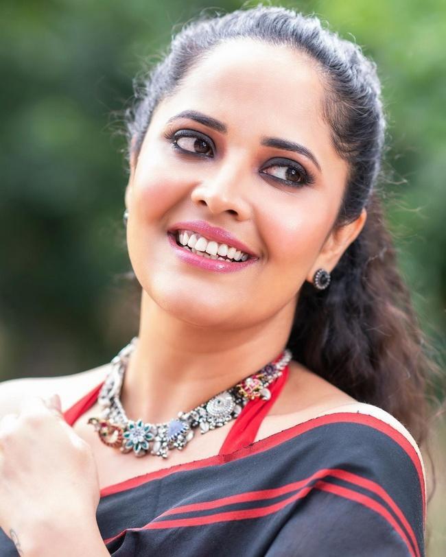 Anasuya Bharadwaj Stunning Looks In Black Saree