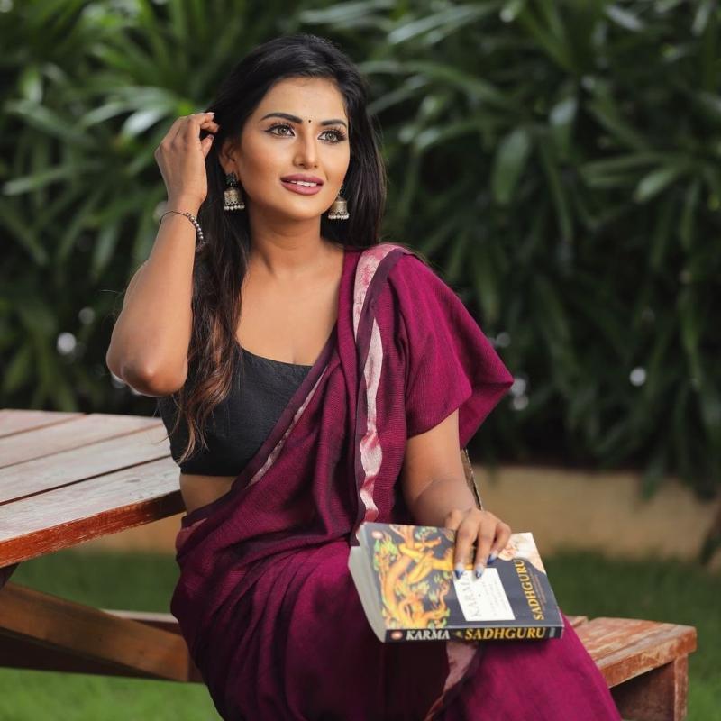 Model Nisha Marimuthu Glamorous Pics In Saree