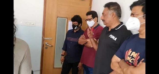 celebs Chiranjeevi, Jeevitha, Prakash Raj pay respect to Uttej is wife