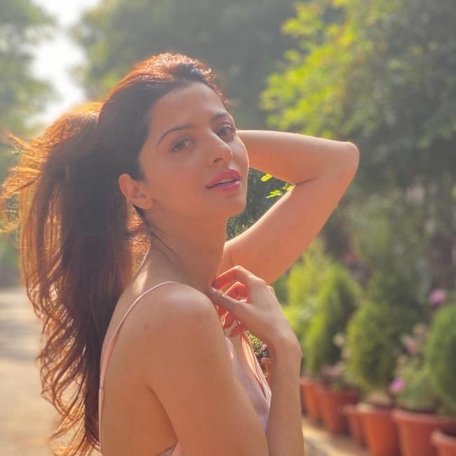 Scntllatng Looks Of Vedhika