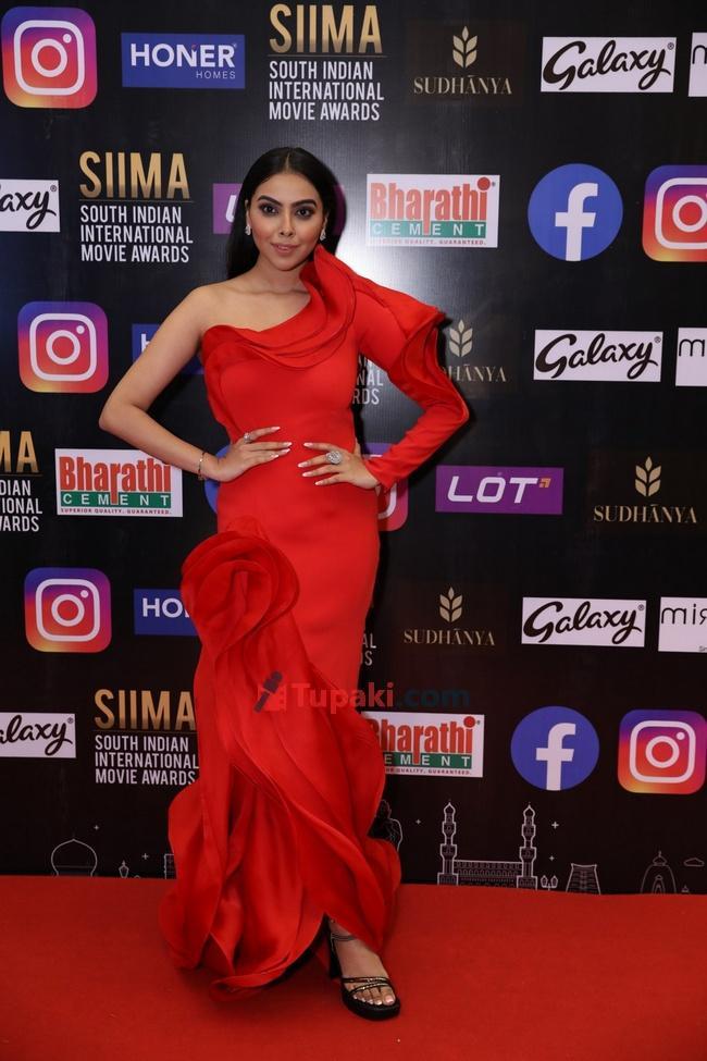 Akshaya alshi and Pooja Jhaveri at SIIMA Awards 2021 Awards Red Carpet