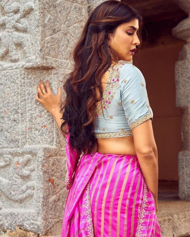 Lakshmi Manchu Shiny Looks in a Violet Saree