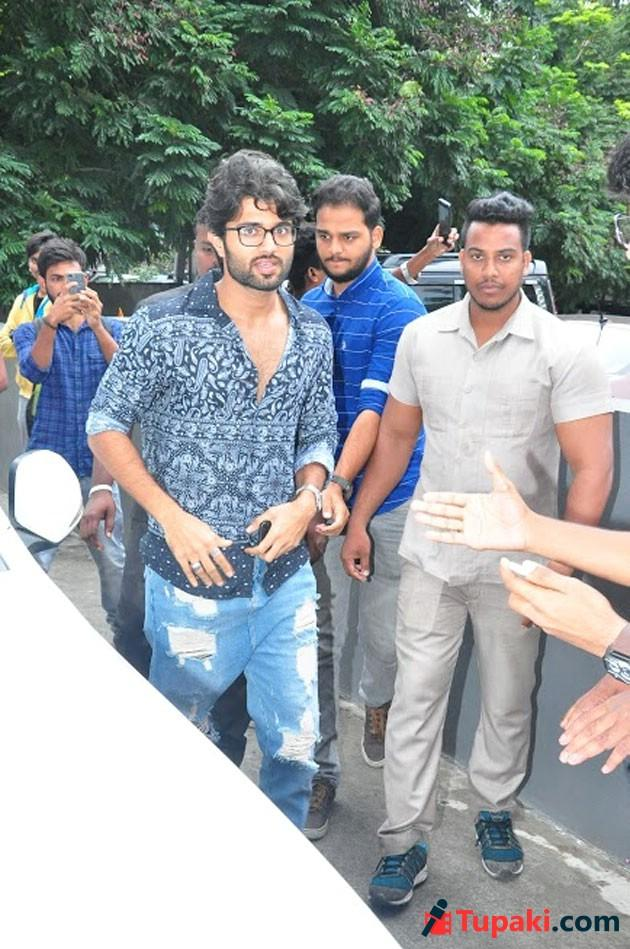 Vijay Devarakonda Watching Ee Nagaraniki Emaindi Movie Photos