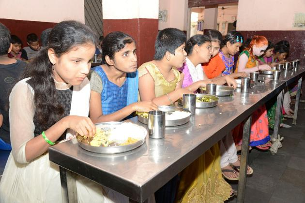 Mahesh-Namrata luncheon for 650 visually impaired children