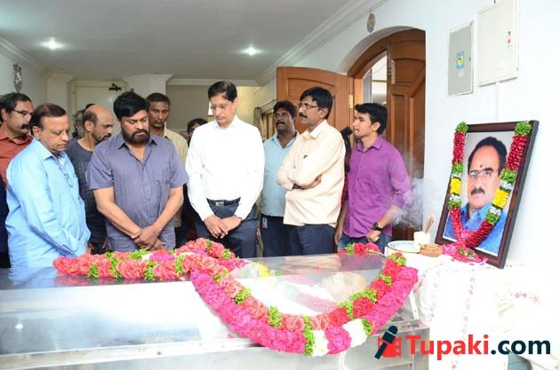 Celebs Paying Tribute To Vijaya Bapineedu Photos