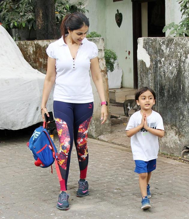 Janhvi Kapoor, Genelia Deshmukh with son, Hansika Motwani Spotted at bandra