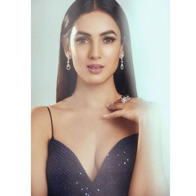 Charming Beauty Sonal Chauhan Pictures