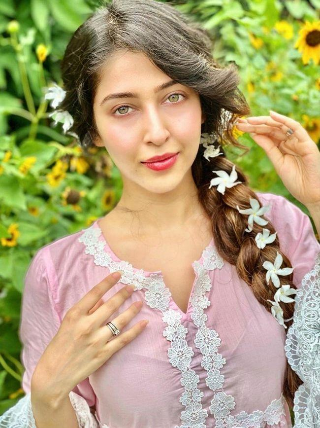 Sonarika Looking Awesome