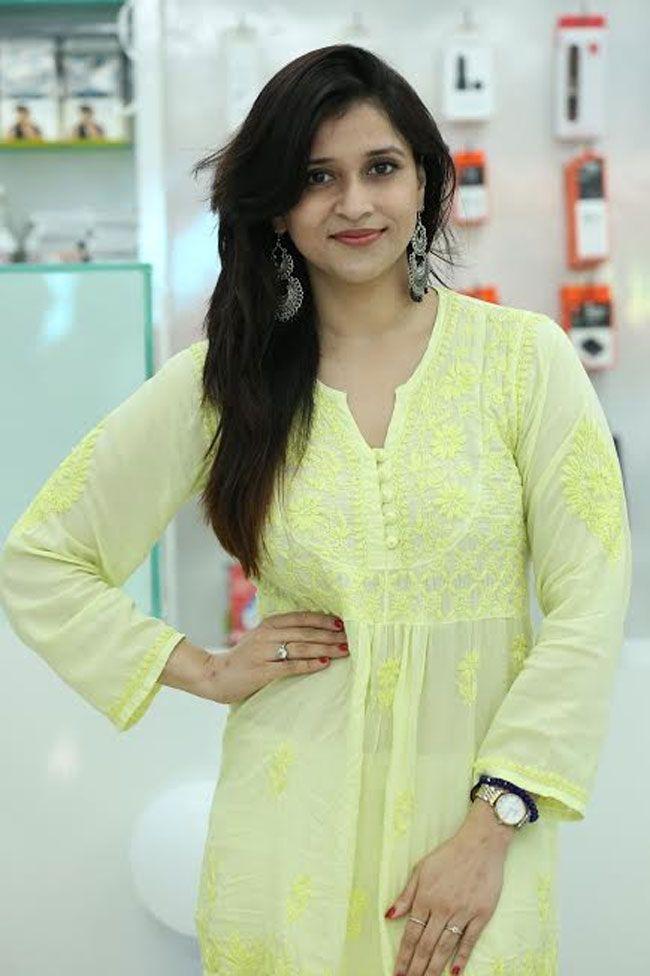 Mannara Chopra Inaugurated 55th Cellbay Multi Brand Mobile Store