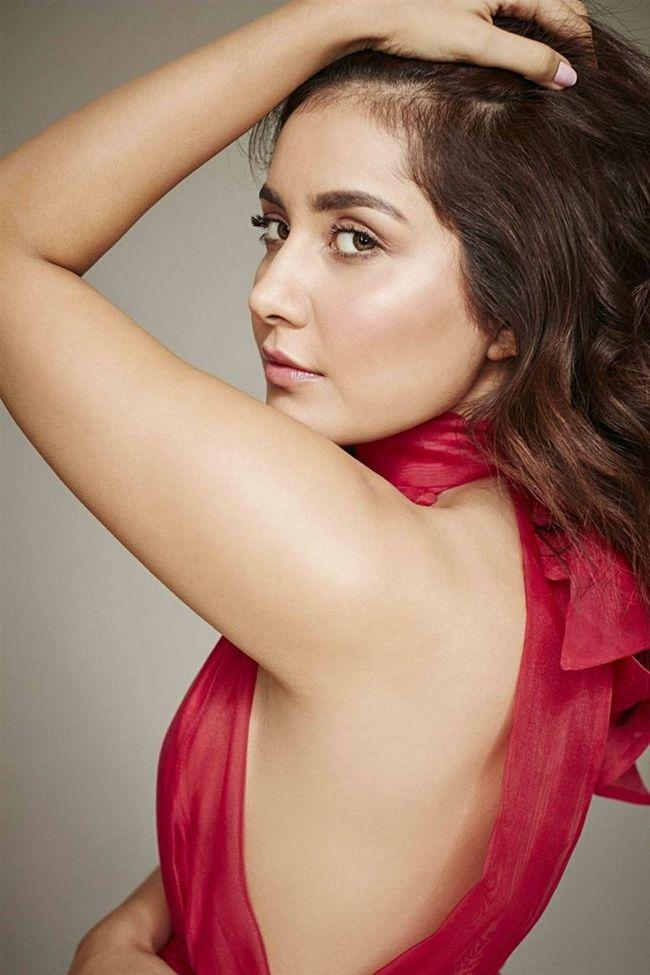 Raashi Khanna Ravishing Looks