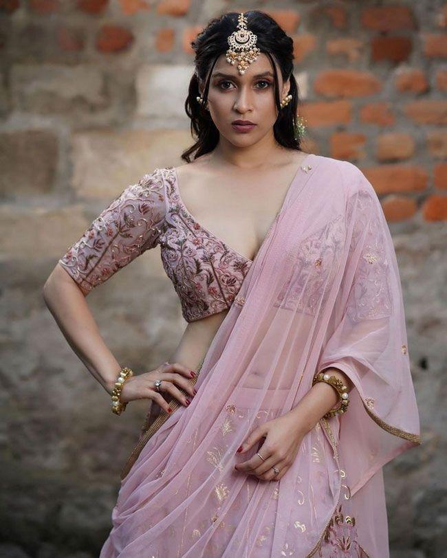 Mannara Chopra Flaunting her Beautiful Stills