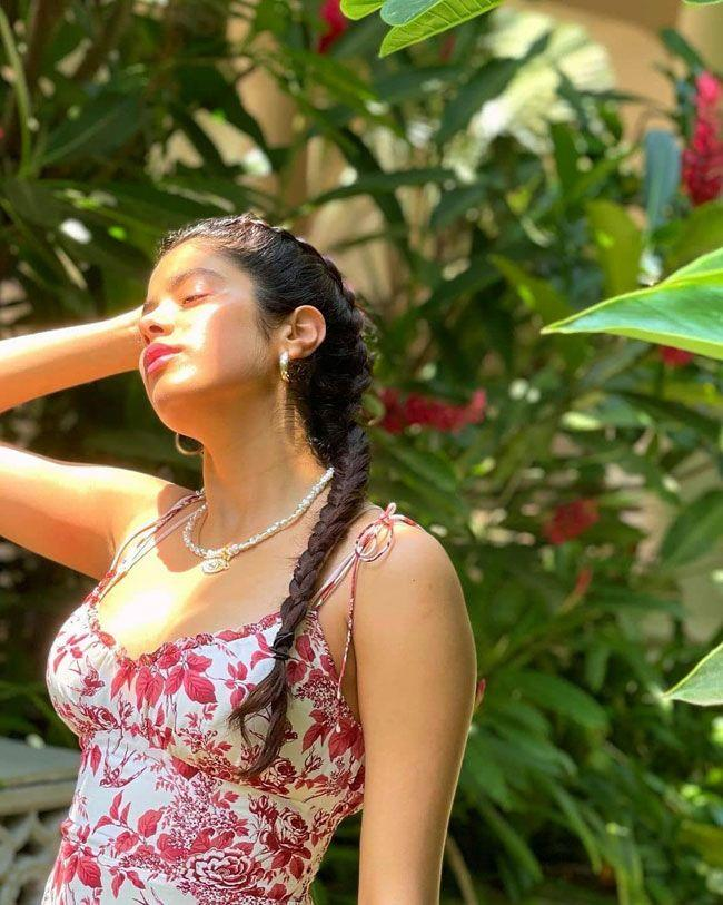 Janhvi Kapoor Glam Photos