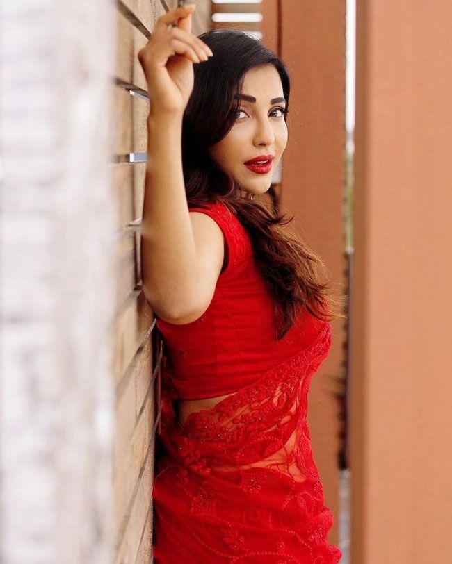 Parvati Nair Dazzles In A Ravishing Red saree