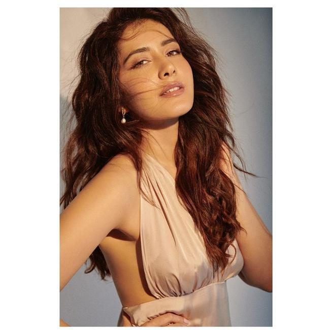 Raashii Khanna Awesome Looks in her New Stills