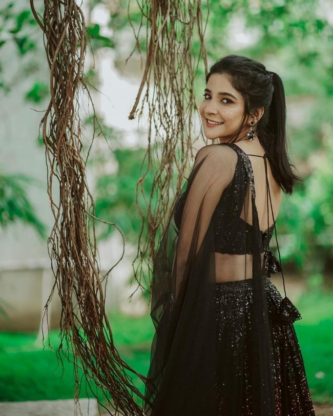 Sakshi Gorgeous Looks in Shiny Dress
