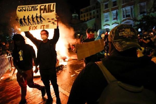 अमेरिका में हिंसक प्रदर्शन