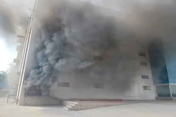 कंपनी के बेसमेंट में लगी आग,चार कामगार झुलसे