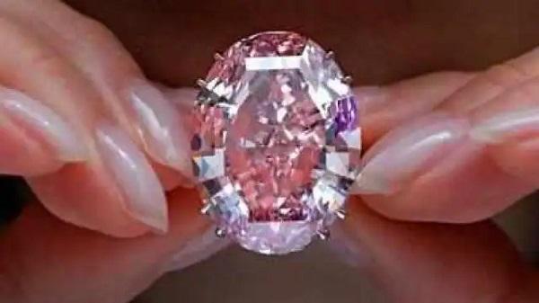 Showroom में पहुंची महिला और फिल्मी अंदाज में चुरा ले गई 42 करोड़ के हीरे
