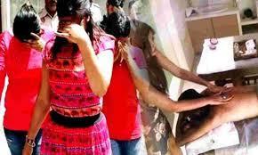 स्पा सेंटर में महिला सहित चार युवक पकड़े
