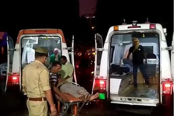 बाराबंकी : अयोध्या हाईवे पर भीषण दुर्घटना, सड़क किनारे खड़ी डबल डेकर बस में ट्रक ने मारी टक्कर- 18 यात्रियों की दर्दनाक मौत