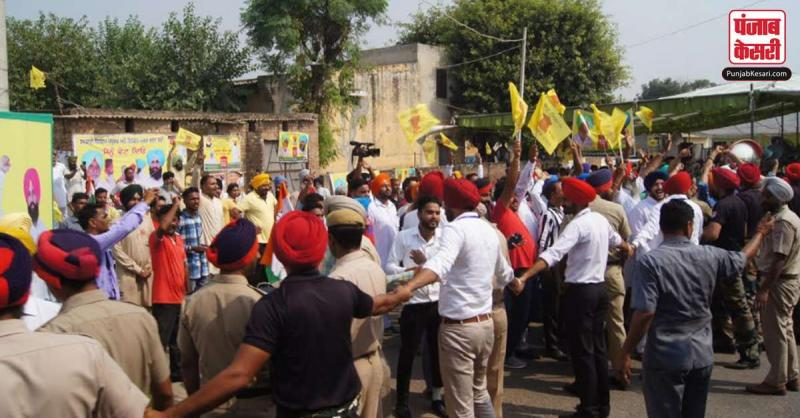 दाखा में कैप्टन अमरिंदर सिंह के रोड़ शो के दौरान लिप समर्थकों का भारी प्रदर्शन, सुरक्षाकर्मियों ने घेरा बनाकर खदेड़े प्रदर्शनकारियों ने अरूषा का  'यार'  कहकर लगाएं नारें