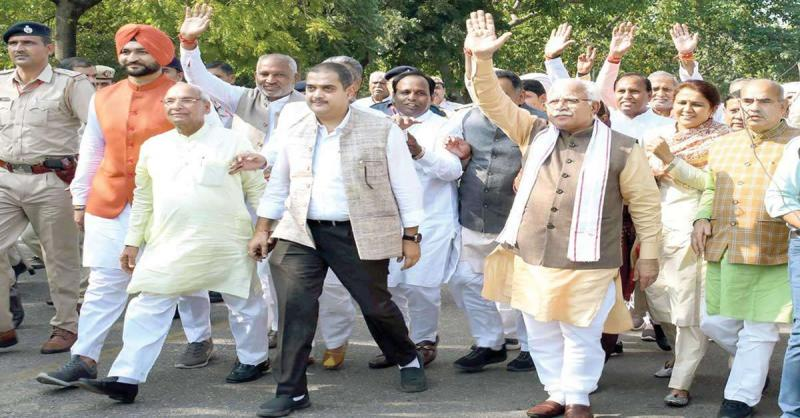 खट्टर भाजपा विधायकों के साथ पैदल पहुंचे विस