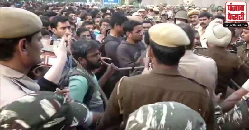 JNU में हॉस्टल की फीस बढ़ाने का विरोध, पुलिस और प्रदर्शनकारी छात्रों में भीषण भिड़ंत