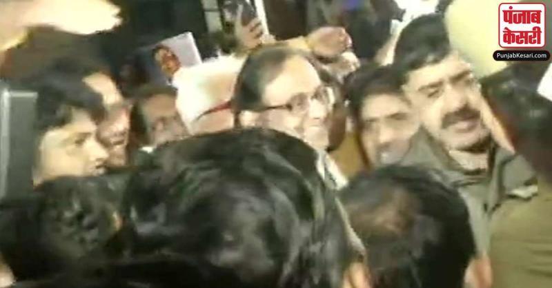 INX मामले में जेल में बंद पूर्व वित्त मंत्री पी. चिदंबरम 106 दिन बाद आए बाहर, कांग्रेसी समर्थकों का उमड़ा हुजूम