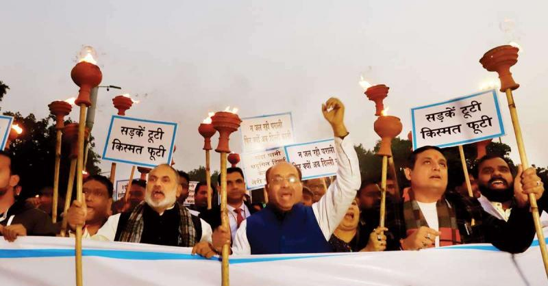 राजीव चौक पर विजय गोयल ने निकाला मशाल जुलूस, 'दिल्ली बेहाल, जलाओ मशाल'