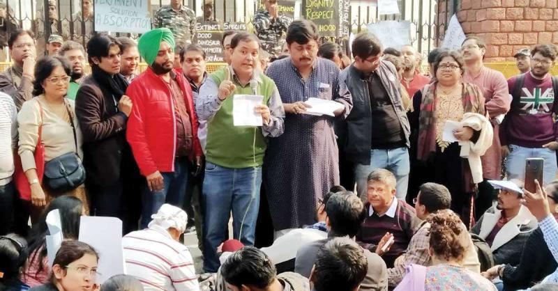 डूटा का विरोध प्रदर्शन जारी, आज परिवार संग शिक्षक रहेंगे मौजूद