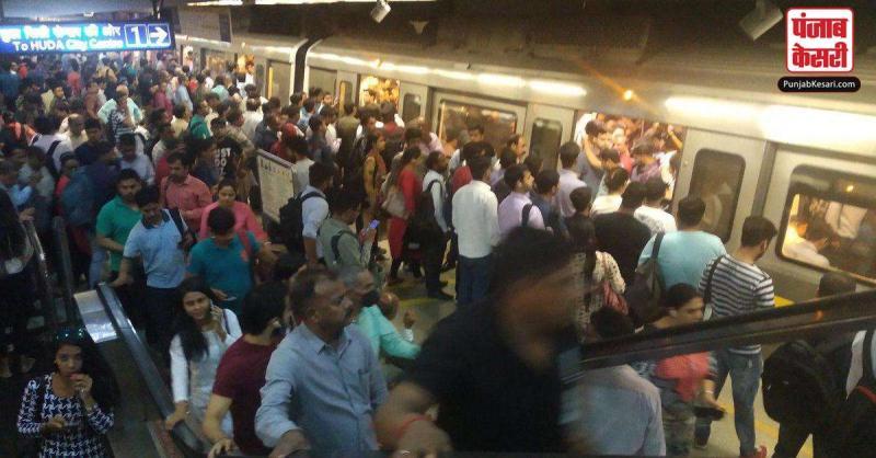 नववर्ष के जश्न के कारण दिल्ली में यातायात जाम, पांच मेट्रो स्टेशनों के प्रवेश व निकास द्वार बंद